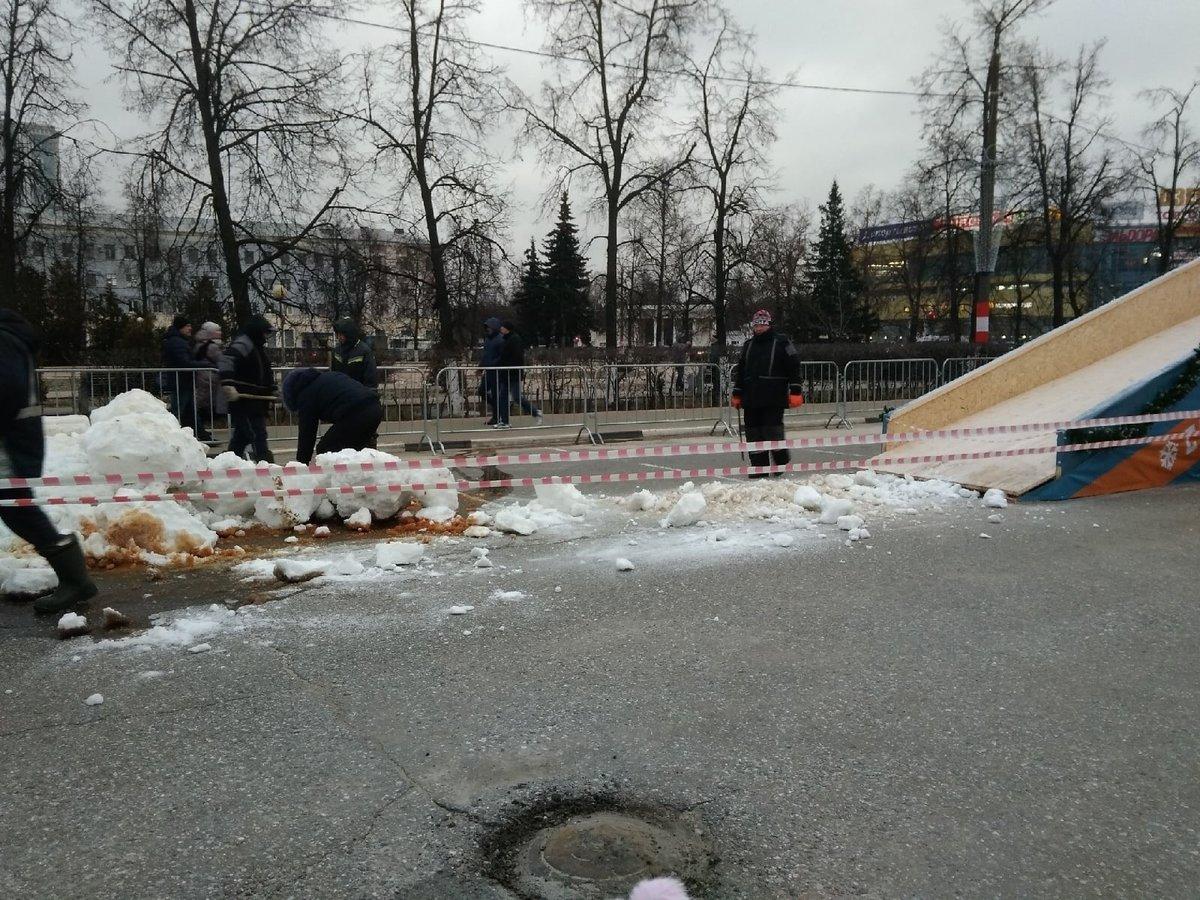 На площадь в Дзержинске завезли снег - фото 1
