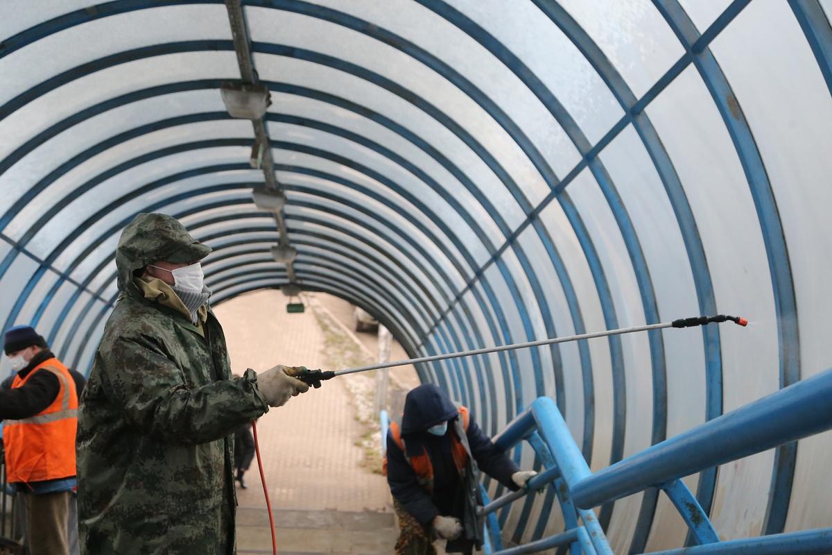 Плановая дезинфекция надземного пешеходного перехода проводится в Советском районе - фото 1