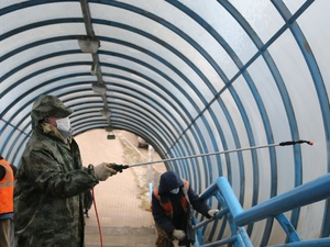 Плановая дезинфекция надземного пешеходного перехода проводится в Советском районе