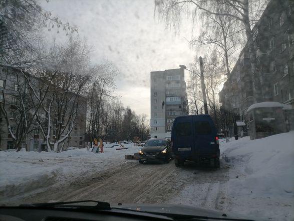 Территории у детских садов и поликлиник в Советском районе завалены снегом - фото 5