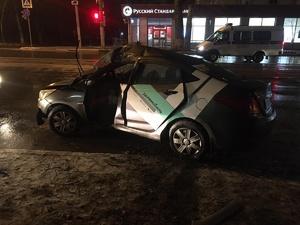 «Машина всмятку»: пьяный нижегородец на «Делимобиле» влетел в дерево на улице Белинского