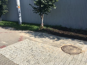 Провал тротуара из-за размытия грунта на Мызе устранен