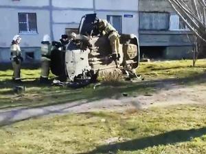 Нижегородский водитель протаранил забор на опрокинутом автомобиле