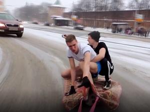 ГИБДД накажет водителя за катание блогеров на ковре в центре Нижнего Новгорода