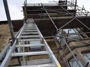 Плотник получил многочисленные переломы после падения со строительных лесов в Сарове