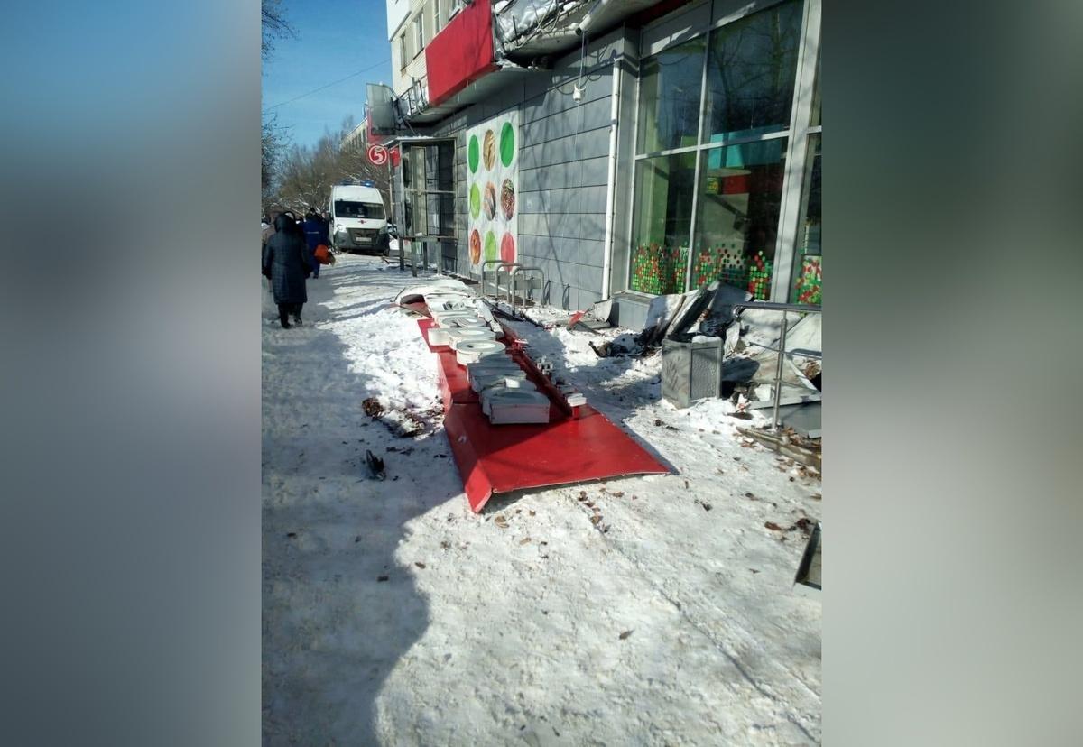 Пожилая нижегородка скончалась после падения на нее вывески магазина - фото 1