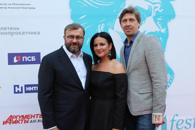 Маски на красной дорожке: звезды кино приехали на «Горький fest» в Нижний Новгород - фото 50