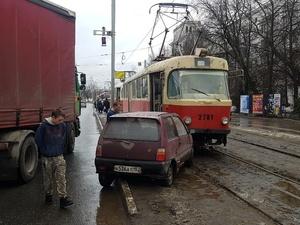 Фура, трамвай и «Ока» столкнулись в Сормовском районе