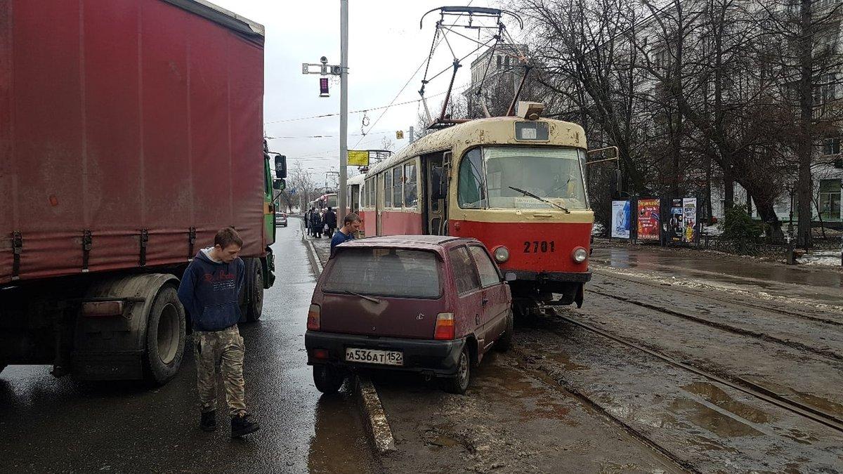 Фура, трамвай и «Ока» столкнулись в Сормовском районе - фото 1