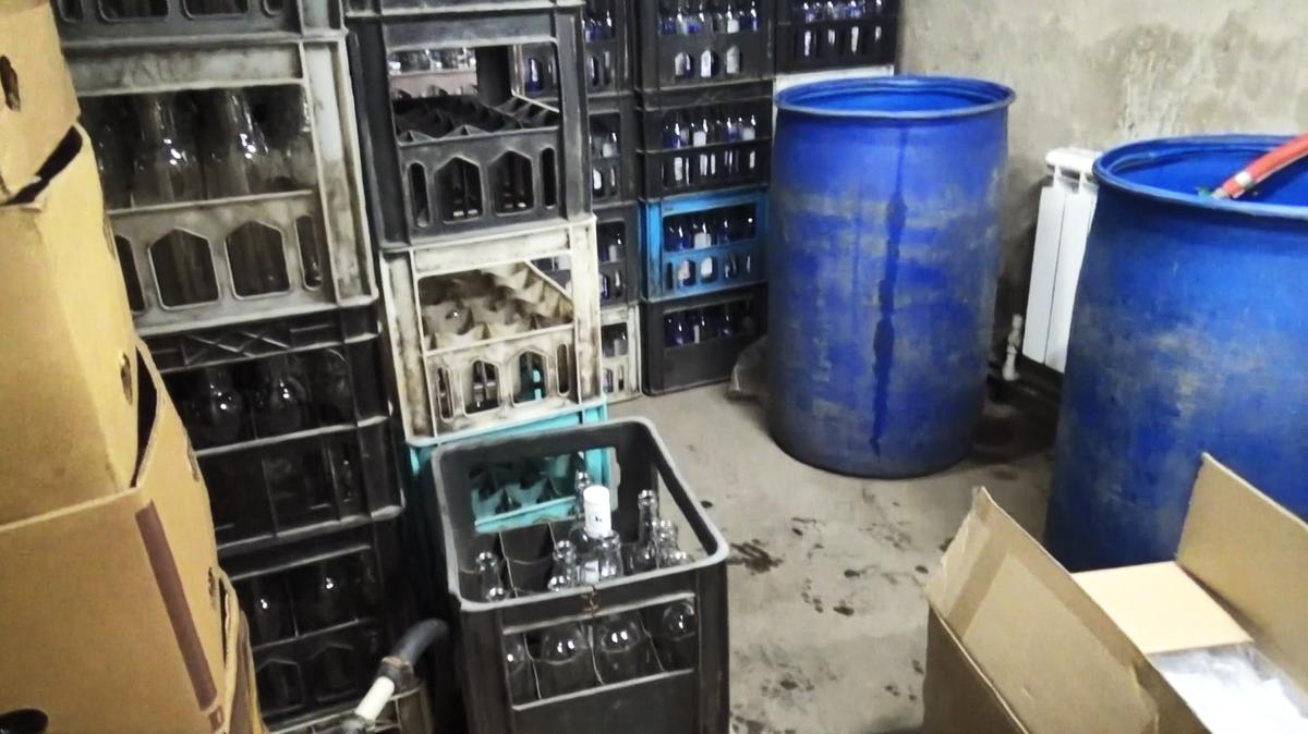 3000 литров нелегального алкоголя изъяли из гаража в Сормове - фото 1