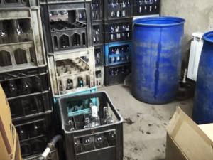 3000 литров нелегального алкоголя изъяли из гаража в Сормове