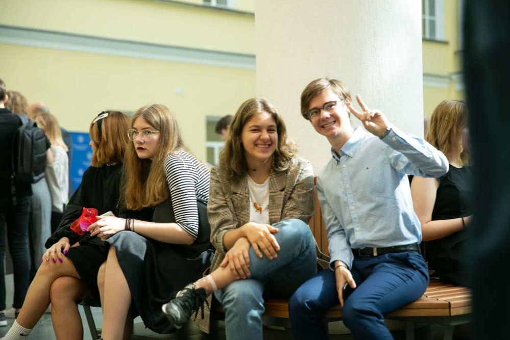 Большинство российских выпускников идут в вузы на дневное отделение - фото 1