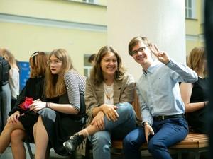 Большинство российских выпускников идут в вузы на дневное отделение