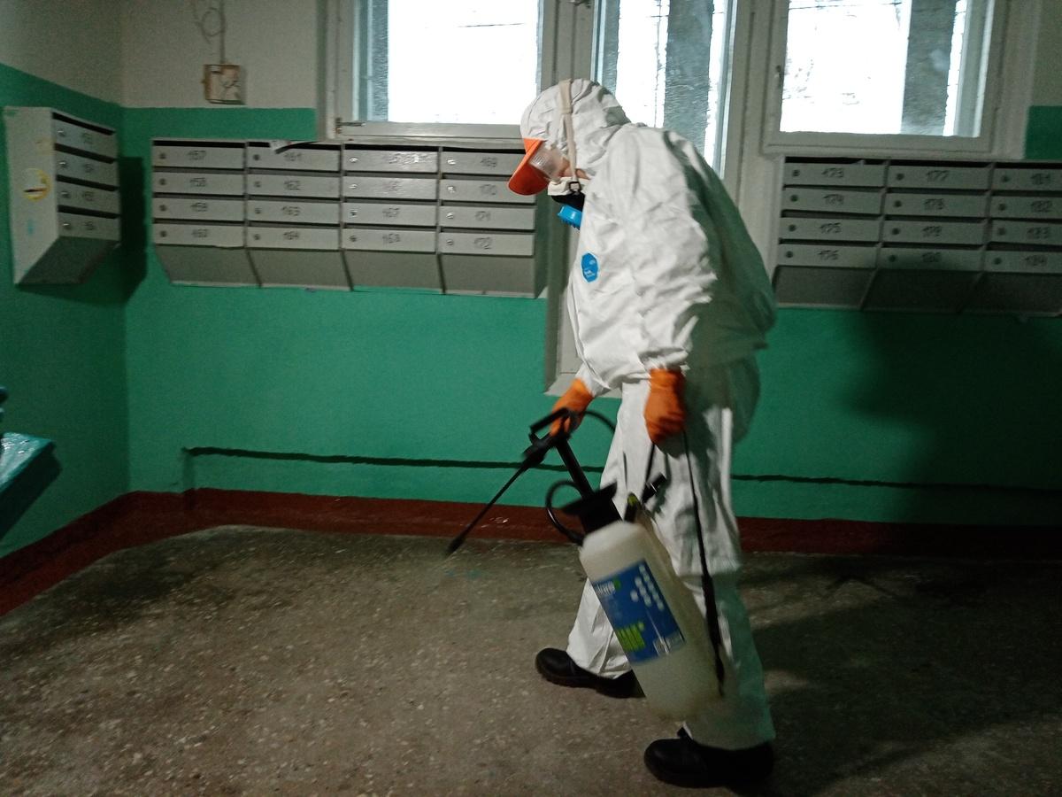 Более 150 человек дезинфицируют подъезды в домах Автозаводского района