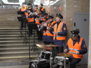 Оркестр в оранжевых жилетах сыграл для пассажиров нижегородского метро накануне дня ЖКХ