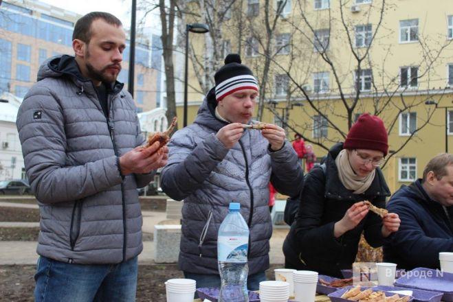 Чемпионы по поеданию ребрышек съели порцию за три минуты в Чернопрудском сквере - фото 37